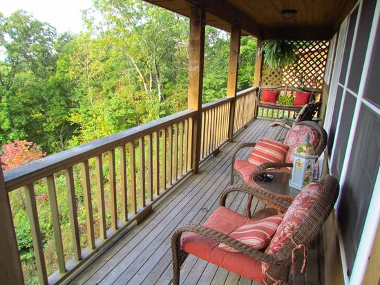 Skyline View Cabins: Comfortable Porch for a relaxing view