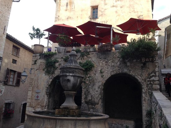 Hostellerie La Fontaine : The dining terrace - overlooking the Fountain Square.