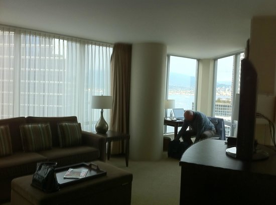 Auberge Vancouver Hotel : Corner windows overlooking harbour.