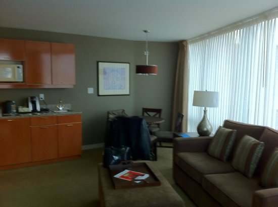 Auberge Vancouver Hotel : Living room with full views