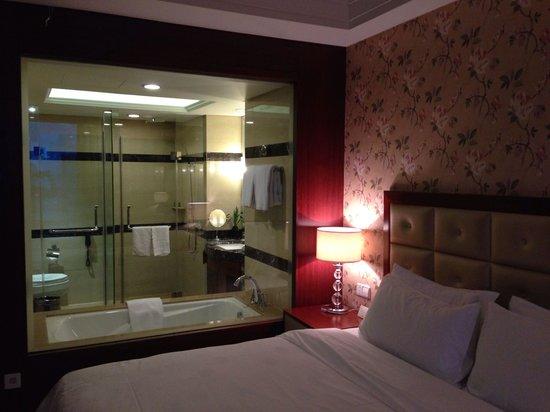 Fuyue Hotel: Well setup bathroom