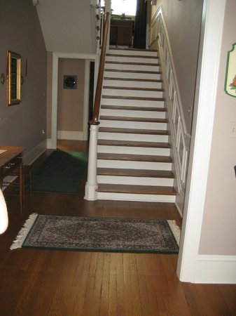 The Collins House Inn: Hall and stairs