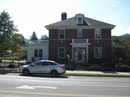 The Collins House Inn: Front of Inn