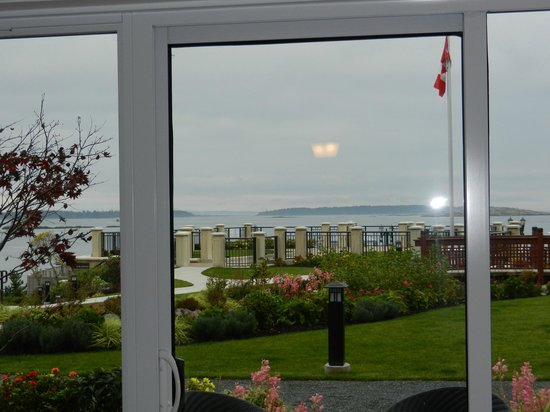 Oak Bay Beach Hotel: View from room to garden