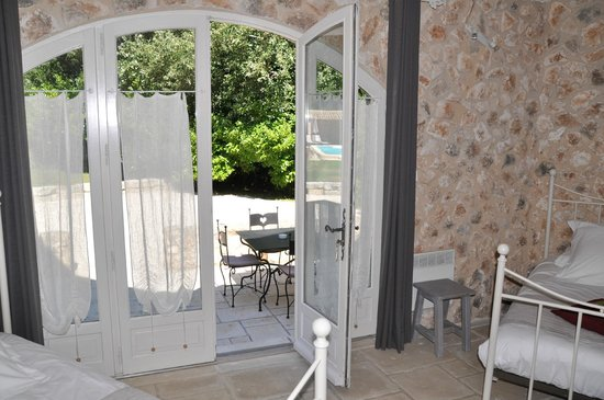Le Mas de l'ile: Adjoining room with single beds opening to the patio)