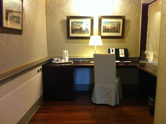 Ruzzini Palace Hotel: Desk area in the junior suite