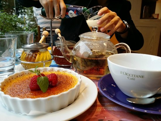 L'OCCITANE CAFE: The amazing creme brulee, lavender tea and generous floral/raw honey!