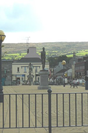 O'Connors Seafood Restaurant: Statue in Bantry in front of O'Connor's Seafood Restaurant