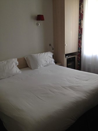 Best Western Jardin De Cluny: Queen sized bed