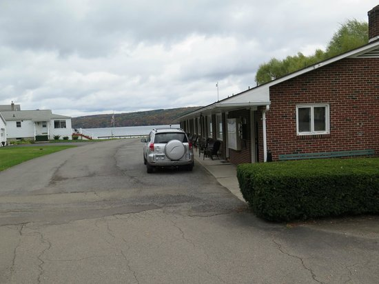 Keuka Lakeside Inn: Along the side we stayed, that's our car