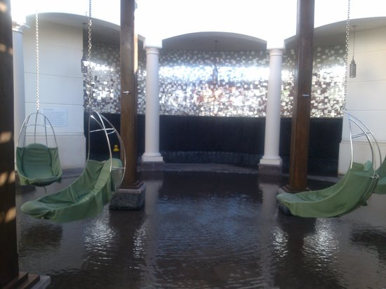 Manalapan, FL: Eau Spa relaxing outdoor swings over water