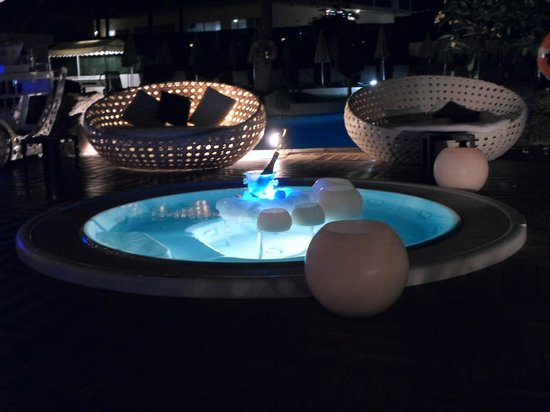 H10 Big Sur Boutique Hotel: The pool area on chill out night