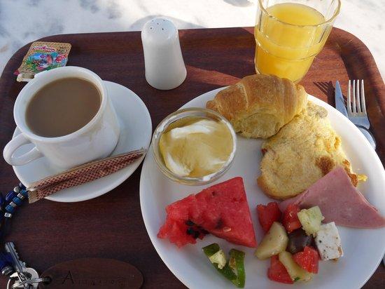 Aethrio Hotel: 朝食はシンプルだけどプールサイドが気持ちいい