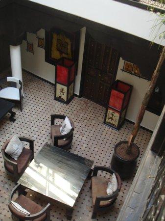 Riad Dar Najat: vista del patio y entrada de la habitación