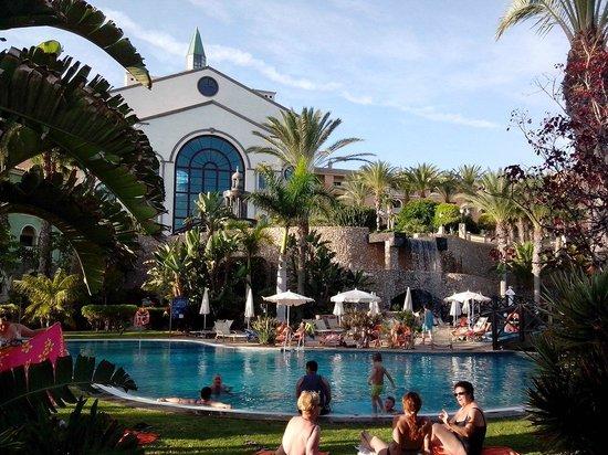 R2 Rio Calma Hotel & Spa & Conference: Blick vom Pool zum Hotel