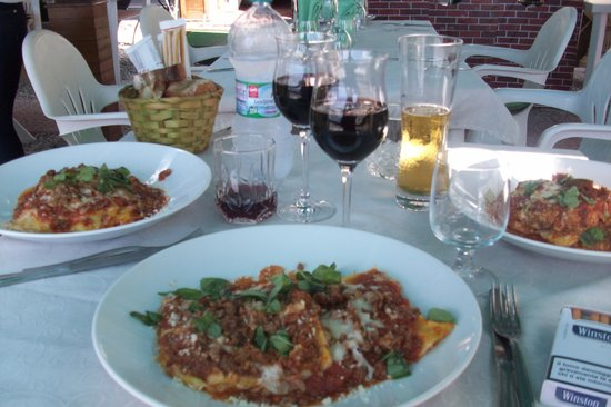 Trattoria San Gennaro: Yummmm, very  large servings