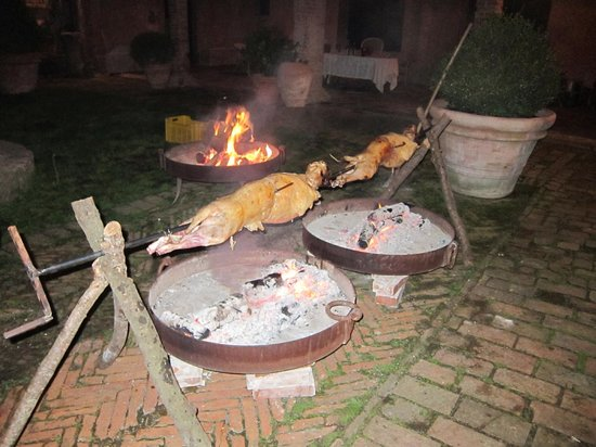 Castello di Potentino: Lamb roast in the courtyard