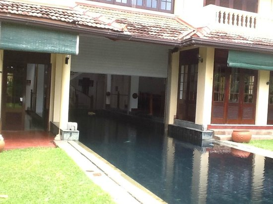 Mount Lavinia House: Outside looking in ... 'inside and outside' pool!