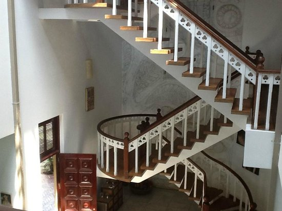 Mount Lavinia House: Atrium and staircase to bedrooms