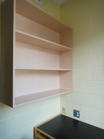Hotel Laurier : Shelves above desk