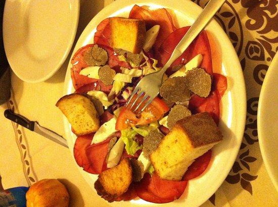 Osteria SaporediVino: Bresaola, mozzarella di bufala e tartufo nero
