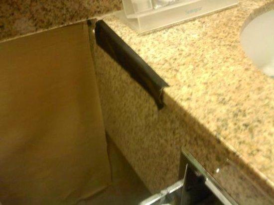 Americas Best Value Inn: bathroom counter