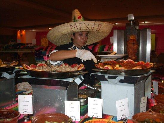 Grand Sirenis Riviera Maya Resort & Spa : Main Dining area Mexican night!