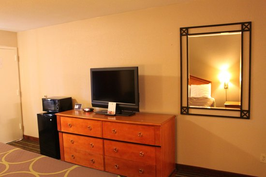 Super 8 Chattanooga/East Ridge: Nice LCD TV in my room