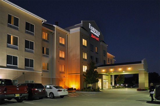 Fairfield Inn & Suites Muskogee: Even at night, the Muskogee Fairfield Inn looks nice! Notice tight parking spaces.