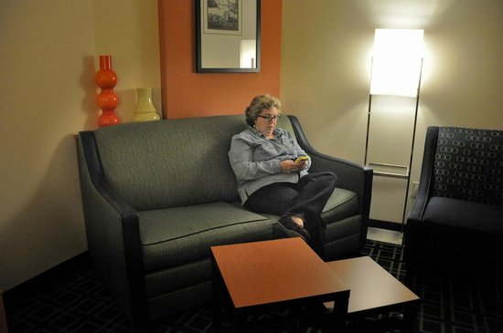 Fairfield Inn & Suites Muskogee: Sitting area in a king suite.
