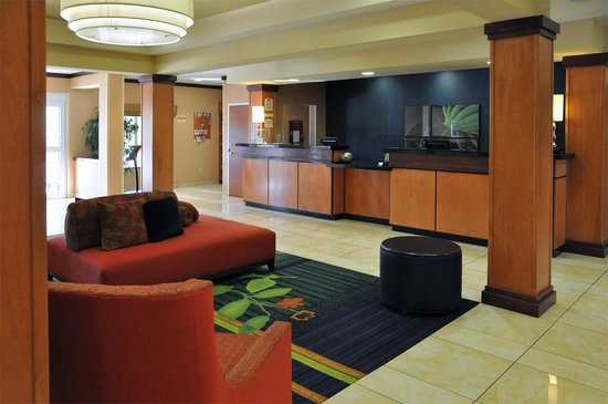 Fairfield Inn & Suites Muskogee: Front desk and lobby.