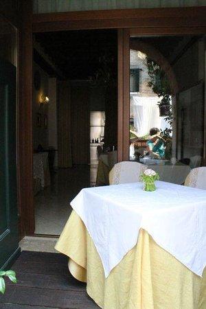 Alla Vite Dorata : The breakfast table on the canal