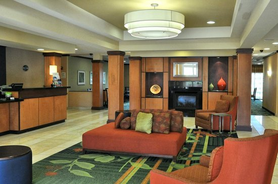 Fairfield Inn & Suites Muskogee: The lobby is inviting and tastefully decorated.