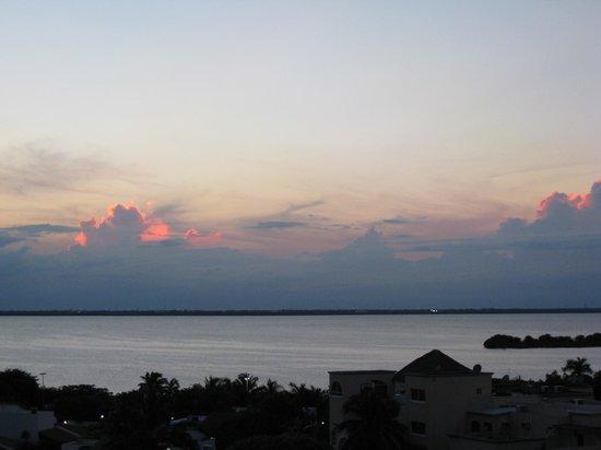 Golden Parnassus All Inclusive Resort & Spa Cancun: Beautiful lagoon view sunset