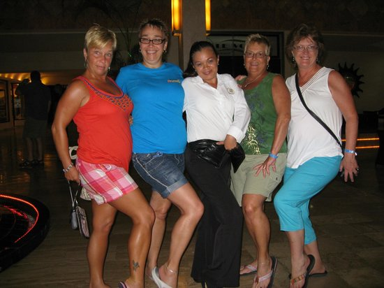 Golden Parnassus All Inclusive Resort & Spa Cancun : In the lobby with the girls