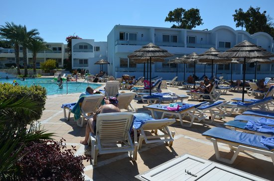 Avra Beach Resort Hotel - Bungalows: autour de la piscine