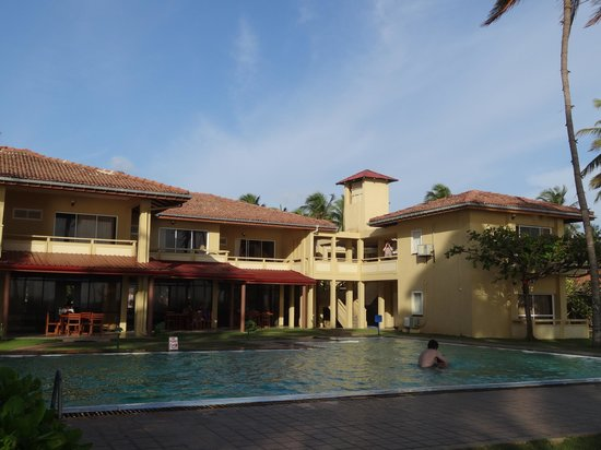 Sanmali Beach Hotel: The swimming pool and hotel from the beachside