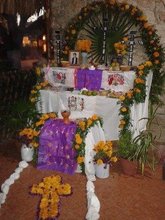 Cenote Zaci : Altar de hanal pixan, celebración a los muertos.