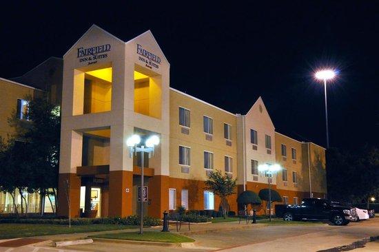 Fairfield Inn & Suites Arlington Near Six Flags: Arlington Fairfield Inn near Six Flags...after dark.
