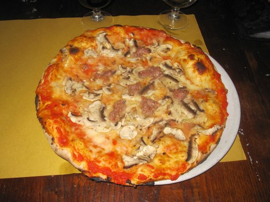 Hotel De Monti: One of Mauro's places to eat great pizza