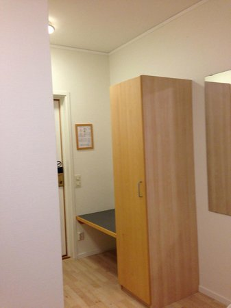 IKEA Hotell: Bedroom is functional with internet, decent bed and is Warm and Comfortable