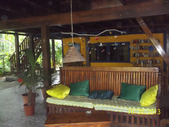 Cabinas Coconut Grove: lots of seats, hammocks to relax