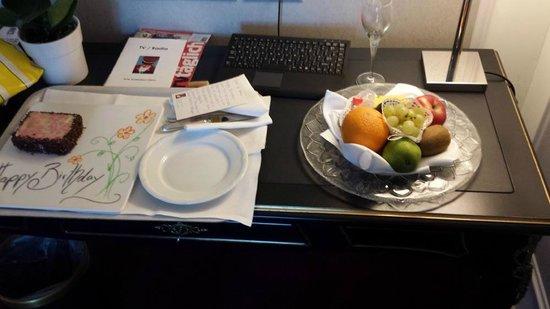 Hotel Schweizerhof Zurich : The cake and fruit