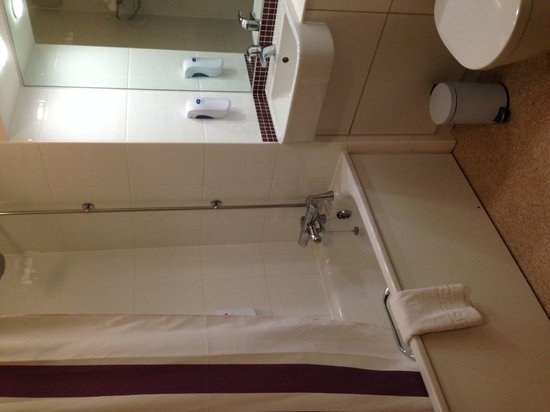 Premier Inn Rochester Hotel: Room 5 bathroom