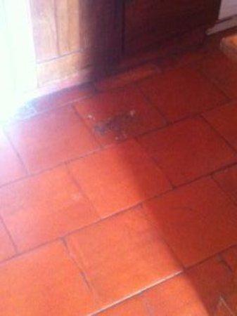 Albufeira Jardim - Apartamentos Turisticos: Outside our bathroom door, hole in the tiles.