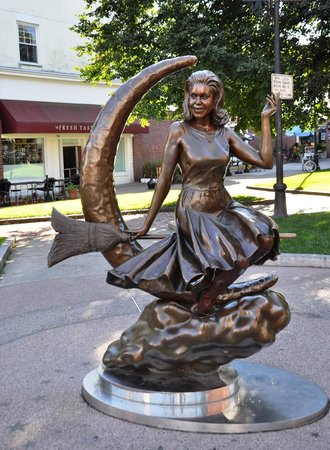 Bewitched Statue of Elizabeth Montgomery: Bewitched Statue