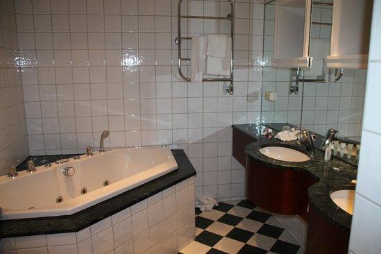 First Hotel Marin: Nydelig og romslig bad.