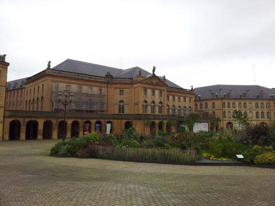 Place de la Comédie: Flourishing square