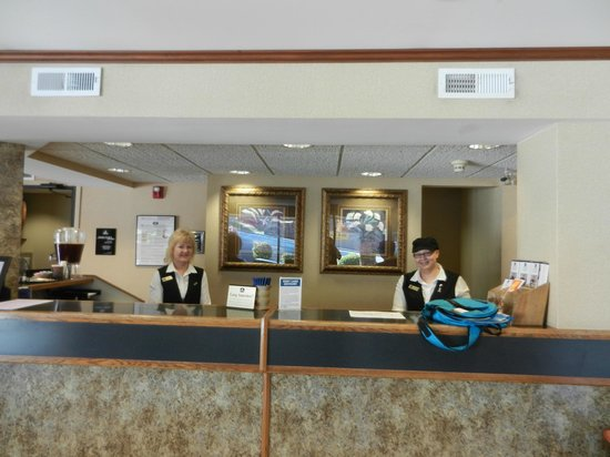 BEST WESTERN Plus Landing View Inn & Suites: The front desk with very helpful staff