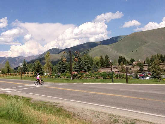 Sun Valley Lodge: returning from Ketchum